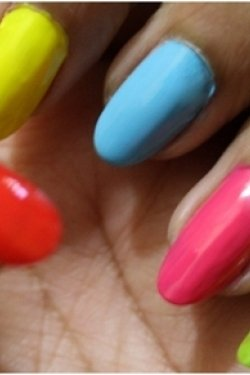alternate-coloured-nails